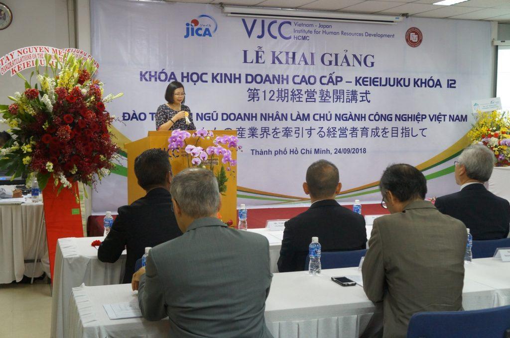 Hình ảnh 2: Tiến sĩ Nguyễn Thị Hiền- Viện trưởng VJCC phát biểu trong lễ khai giảng